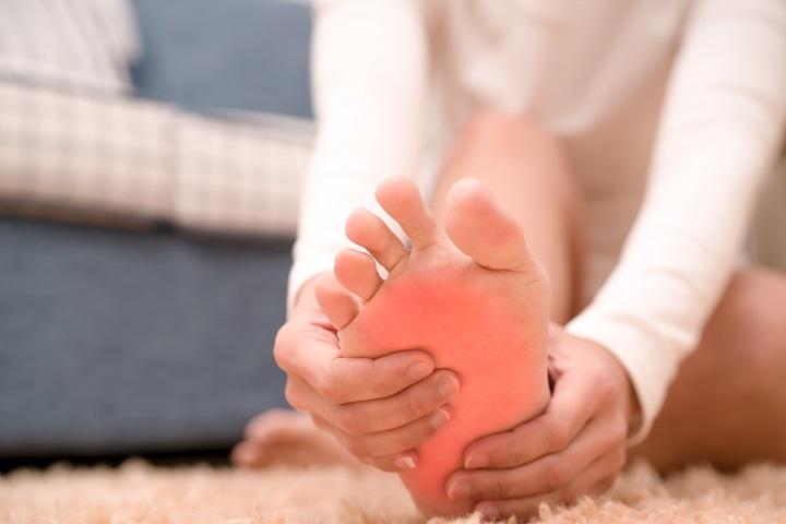 a lábujjak közötti fájdalom)